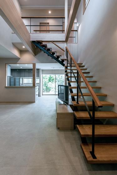 リビングと2階をつなぐ大きな階段。の写真