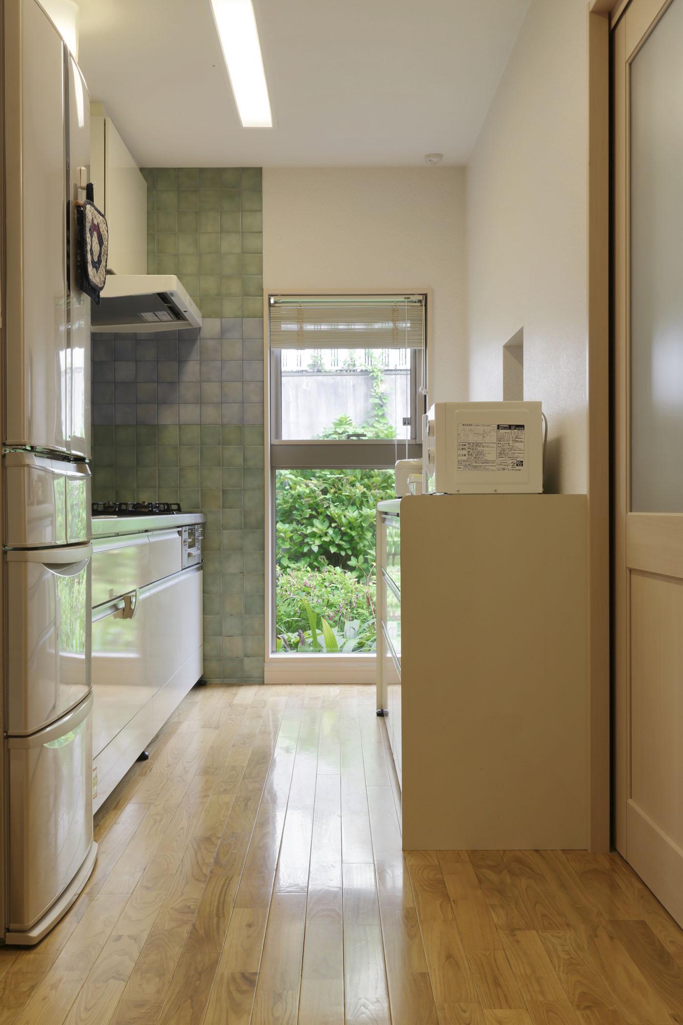 毎日立つ空間だからキッチンの快適さも追究。の写真