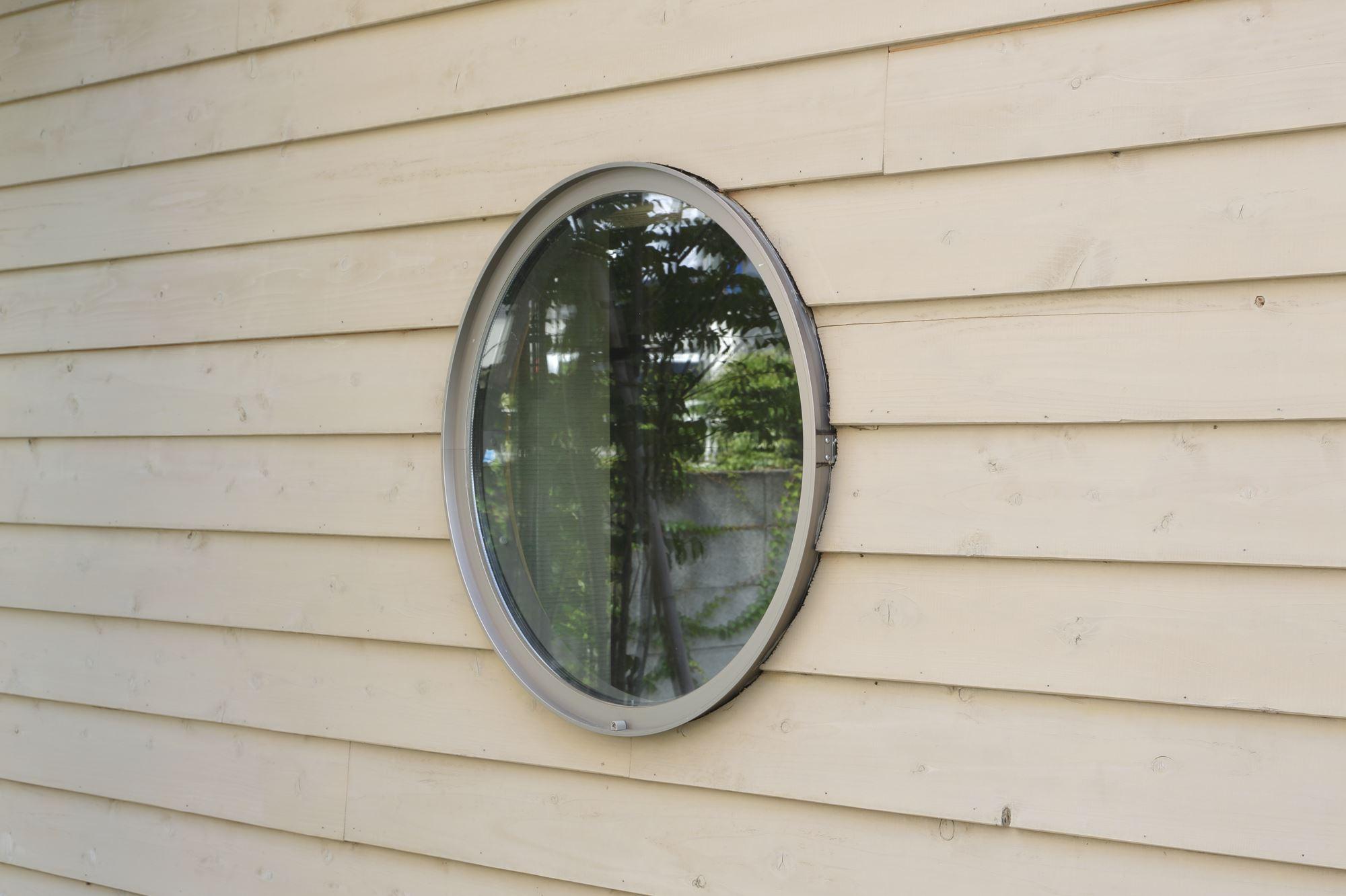 丸窓でのお見送り。の写真