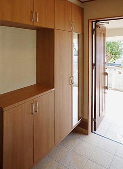 大きく機能的な玄関収納。の写真