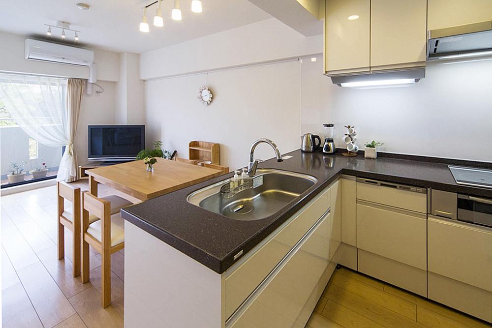 開放的で広いキッチン。の写真