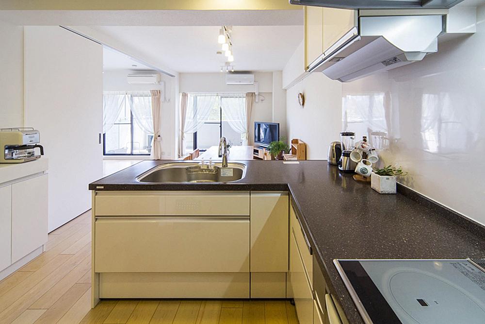 キッチンの色使い。の写真
