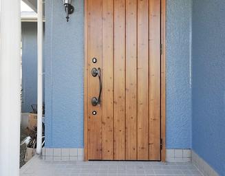 薪ストーブの家の入り口。の写真