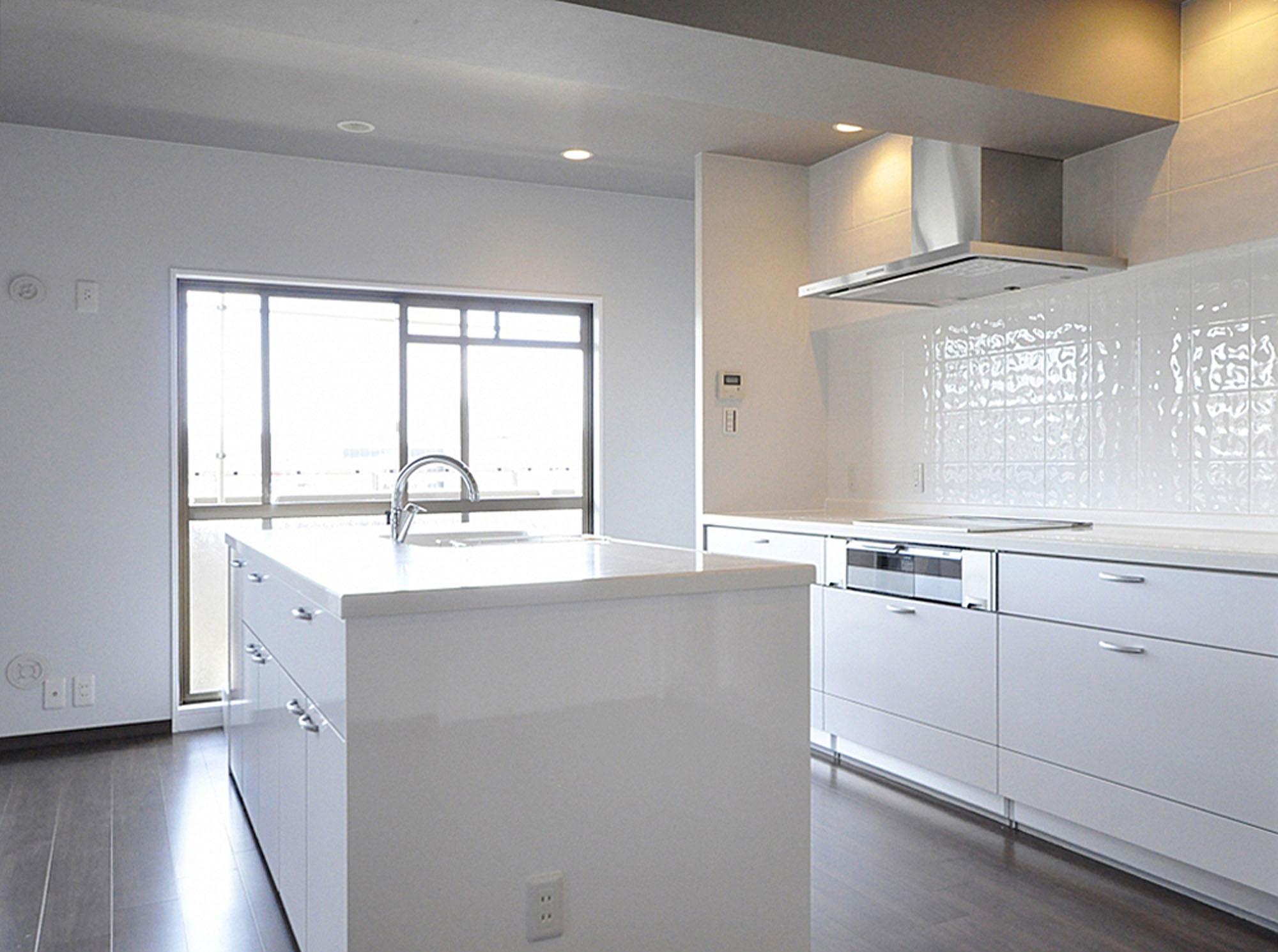 対面式のアイランド 型のキッチン。の写真