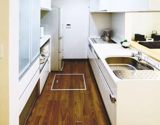 収納と家事動線にこだわったシステムキッチン。の写真