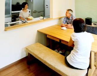 家事をしながら話もできる対面キッチン。の写真