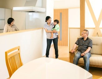 家事をしながら会話が楽しめる対面キッチン。の写真