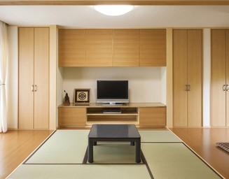 リビングとのつながりを意識した和室のデザイン。の写真