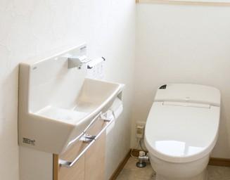 居住空間のテイストを採り入れたトイレ。の写真