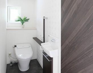 清潔感のある明るいトイレ。の写真