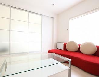 赤いソファのリビング。の写真