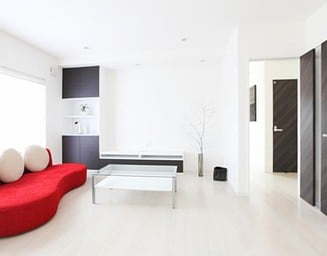 白い壁、黒い扉、クールな印象です。の写真