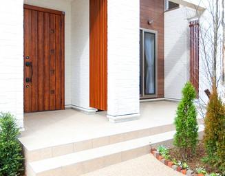 白い壁と茶色の玄関。の写真