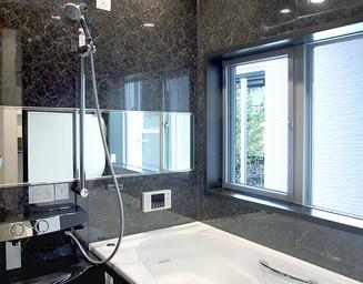 大きな窓の浴室です。の写真