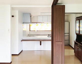 こだわりの白いキッチンが見えます。の写真