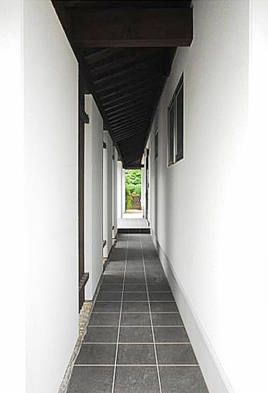 凛とした雰囲気のあるエントランスアプローチ。の写真