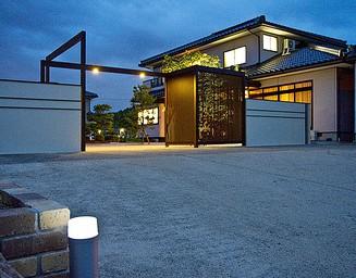門まわり・塀・フェンス、夜のライトアップ。の写真