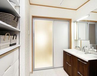 新たに移設した浴室と洗面化粧室。の写真