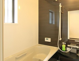 シックな色合いの浴室です。の写真