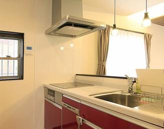ソリッドな色合いのキッチンです。の写真