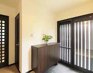 明るい玄関ホール。の写真