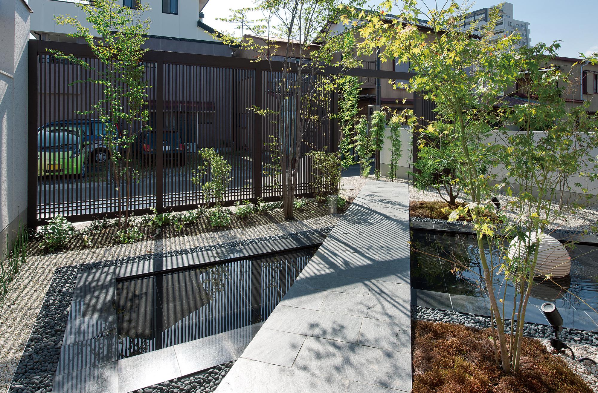 池に架かる橋のようなアプローチ。の写真