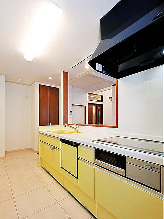 リビングが見渡せるキッチン。の写真