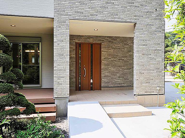 回廊と連続した玄関。の写真
