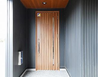 デザインされた玄関まわり。の写真