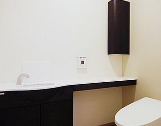 外光の入るトイレ。の写真