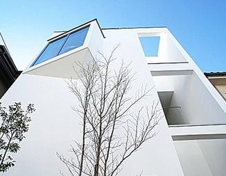 白い外壁と窓の調和。の写真