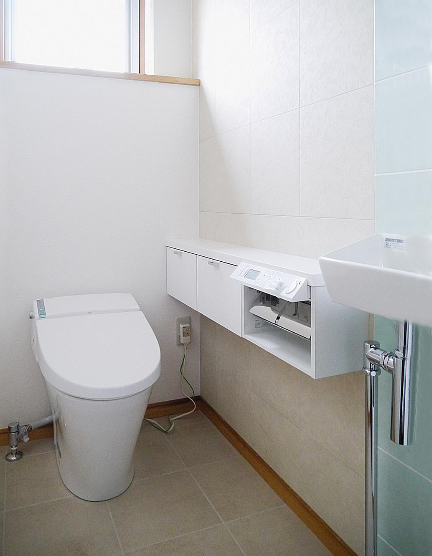 明るくシンプルで清潔なトイレ空間を実現。の写真