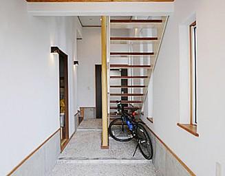 玄関内部の階段。の写真