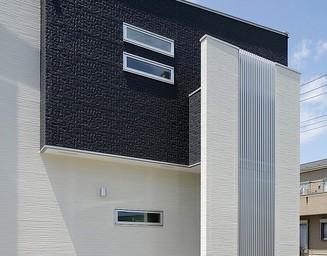 外壁の素材感と窓の配置に注目です。の写真