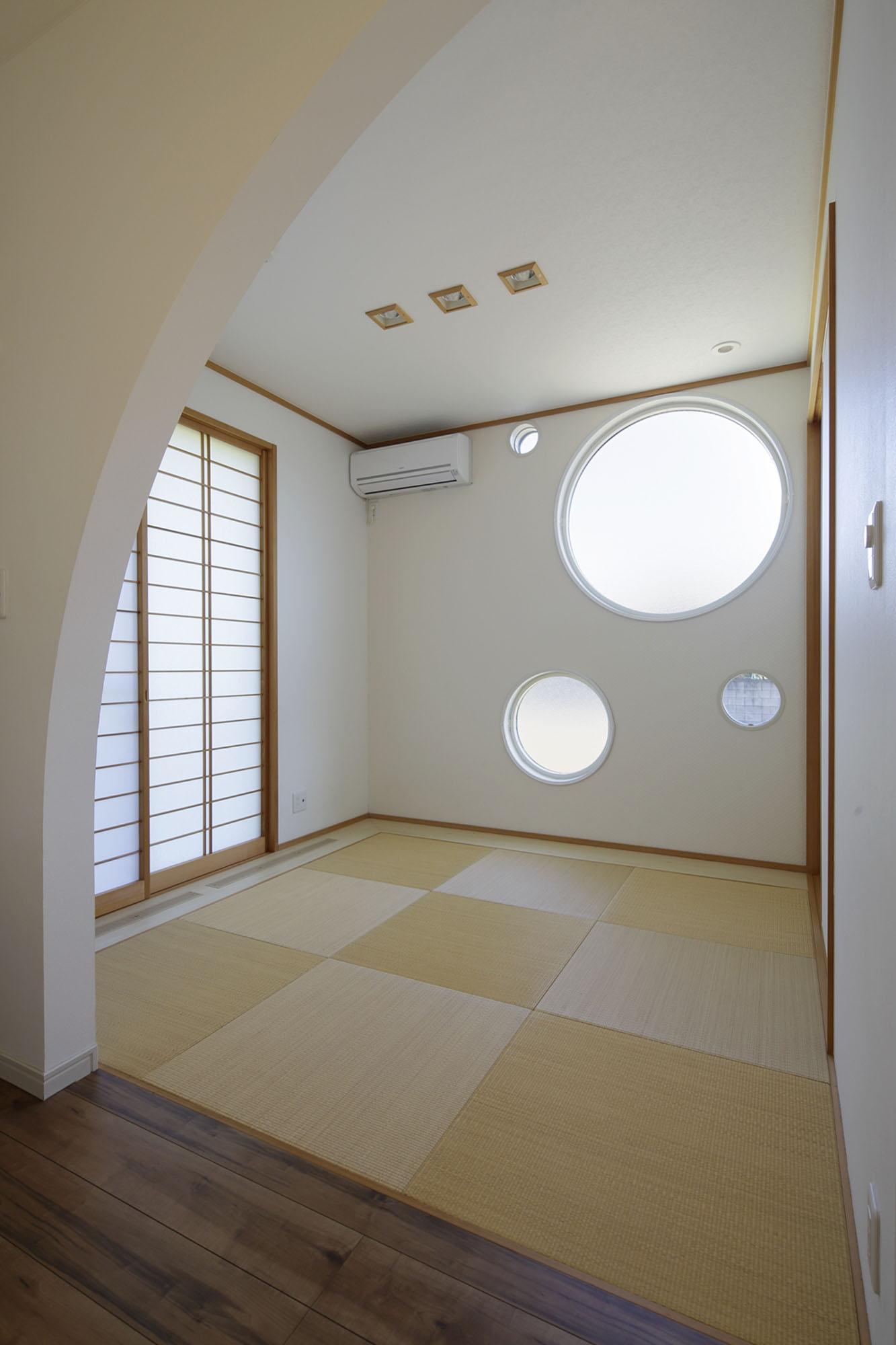 丸窓のある和室。の写真