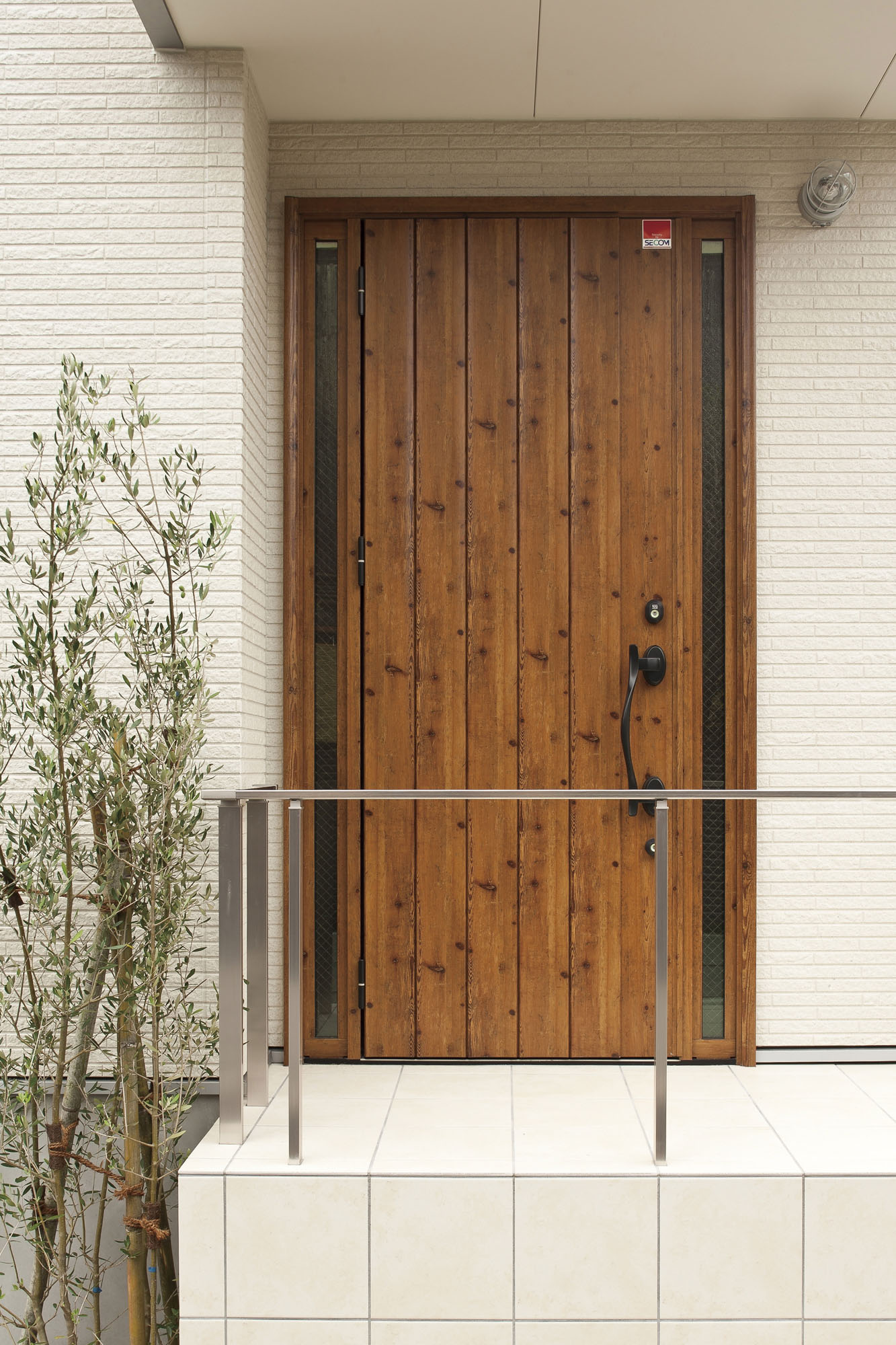 木の質感の玄関です。の写真