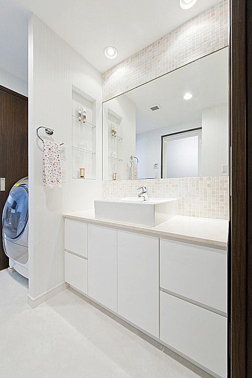 大理石のカウンター、ベッセル型の洗面器。の写真