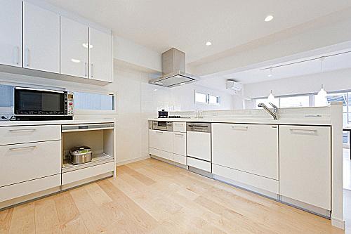 L型の対面キッチン。の写真