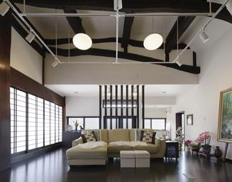 歴史ある家の構造を活かし、モダンな空間に。の写真