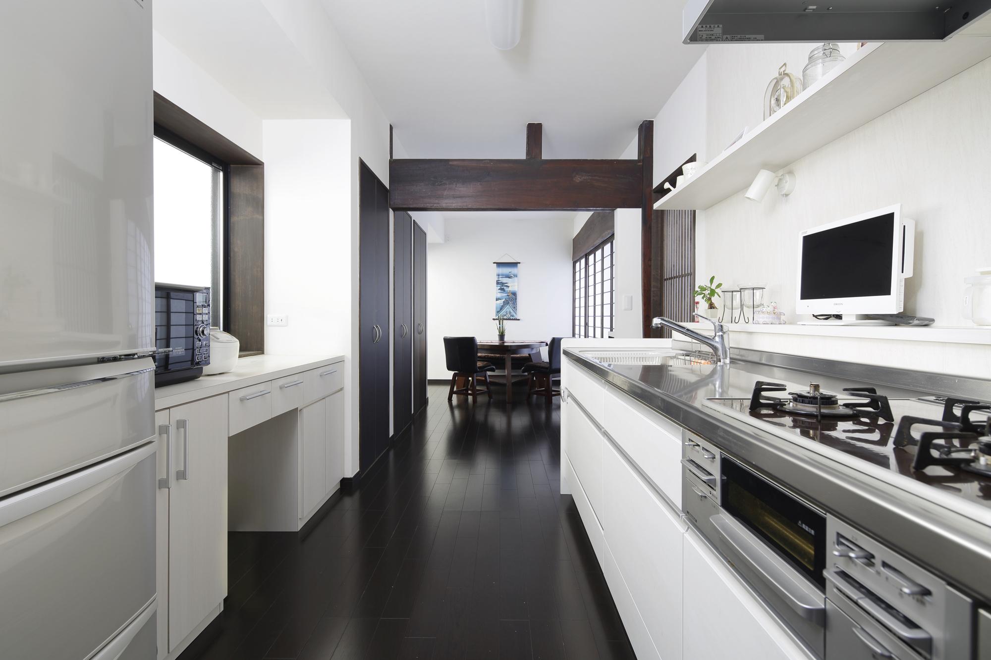 キッチンを窓側から移動し、正面の壁に棚を設置。の写真