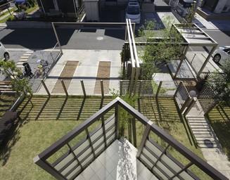 三角形のテラス空間は庭を広く取る斬新なアイデア。の写真