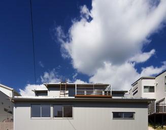 傾斜地で宙に浮く建物。の写真